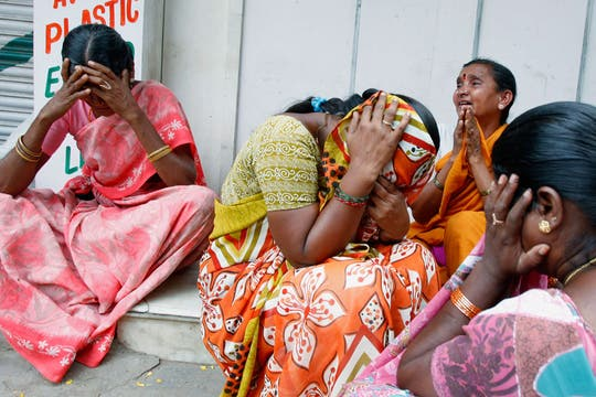 """Mujeres lloran en el llamado """"Ashram"""" o templo de Sai Baba en Puttaparhi, India. Foto: AP"""