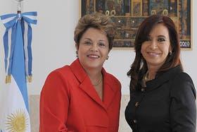 La presidenta argentina comparte junto a su par brasilera, Dilma Rouseff, el cierre de la Conferencia Industrial organizada por la UIA