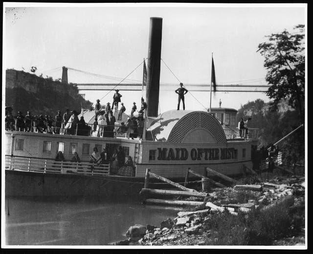 La embarcación Maid of the Mist, que llevaba hasta el pie de la cascada. La imagen es de 1859, apenas una década después de ?la visita de Sarmiento