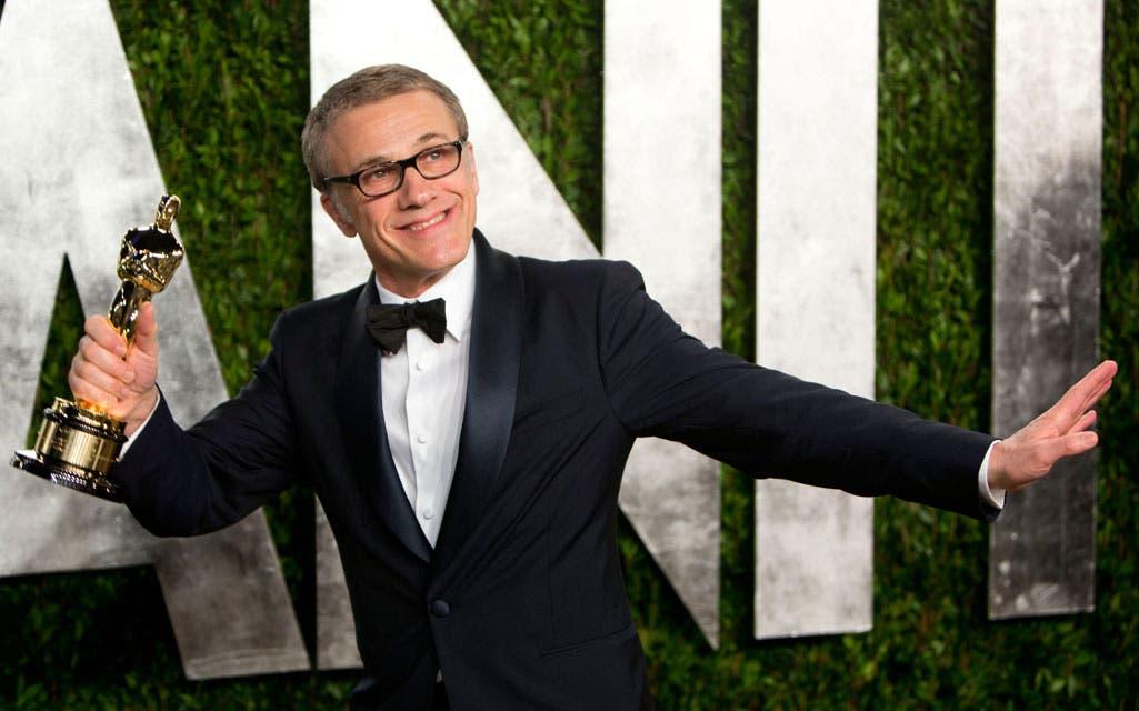 Christoph Waltz, exultante con su Oscar, en la fiesta de Vanity Fair. Foto: /Getty Images