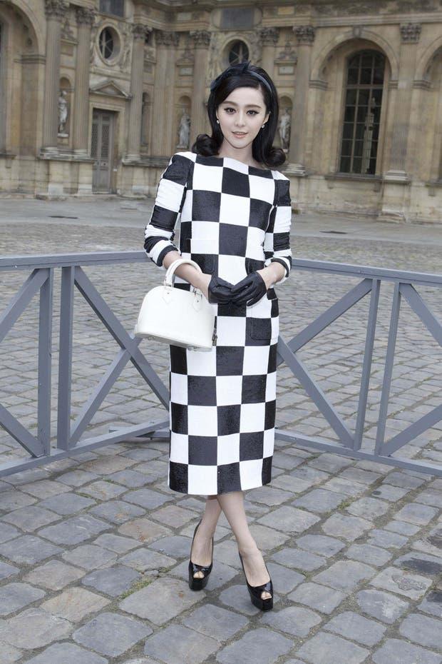 La actriz china, Fan Bing Bing, con un look muy retro. ¡Y mirá sus guantes! ¿Te animarías a usarlos?. Foto: Gentileza Brandy PR