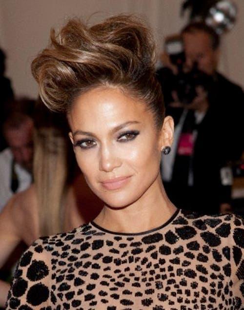 ¡Jugadísima!, Jennifer Lopez eligió un súper jopo con ondas y un recogido bien tirante hacia atrás.
