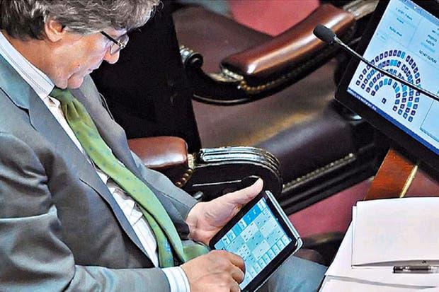 Boudou juega al sudoku en la sesión del Senado
