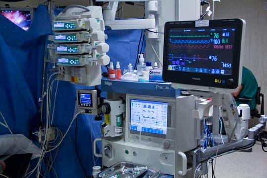 Los signos vitales del paciente son monitoreados todo el tiempo durante la cirugía. Foto: LA NACION / Sebastián Rodeiro