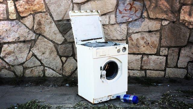 Hasta los lavarropas se descartan en la vereda