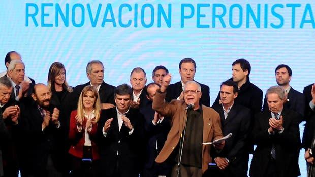 Gioja, Insfrán, Magario, Zabaleta, Insaurralde, Katopodis y Solá, entre otros, rodean a Carlos Campolongo