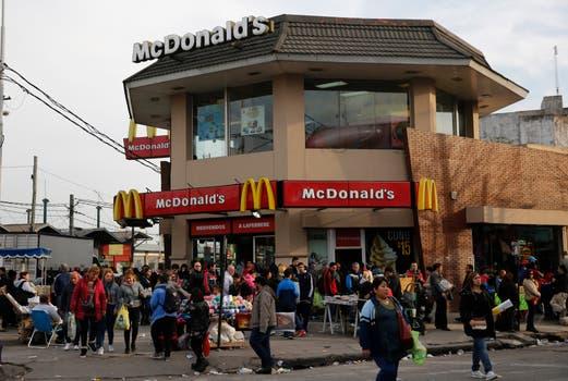 El McDonalds de la estación Laferrere es uno de los que más factura en la Argentina, paradójicamente uno de los lugares de mayor pobreza. Foto: Fabián Marelli