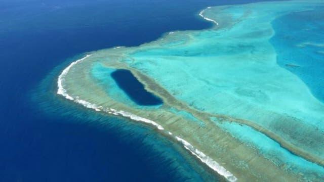 La isla principal del archipiélago, Grande Terre, está rodeada por un enorme arrecife de coral