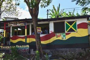 Una laguna luminosa y 4 lugares más de Jamaica que no te podés perder