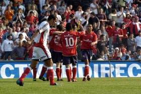 Delirio rojo: Agüero (10) y Cáceres se unen al festejo con Fabro (semitapado), autor del segundo tanto de Independiente; Pilipauskas es la imagen de la impotencia de Instituto