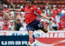 La pose perfecta de Eduardo Domínguez: su remate será el segundo gol de Independiente