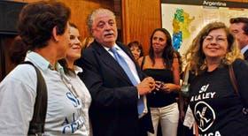 El ministro Ginés González García, junto a integrantes de las asociaciones de celíacos, durante el anuncio