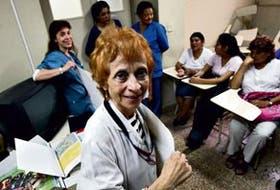 La doctora Raquel Wolfenson coordian un grupo de pacientes