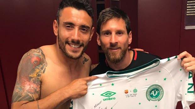 Alan Ruschel con Messi en el vestuario