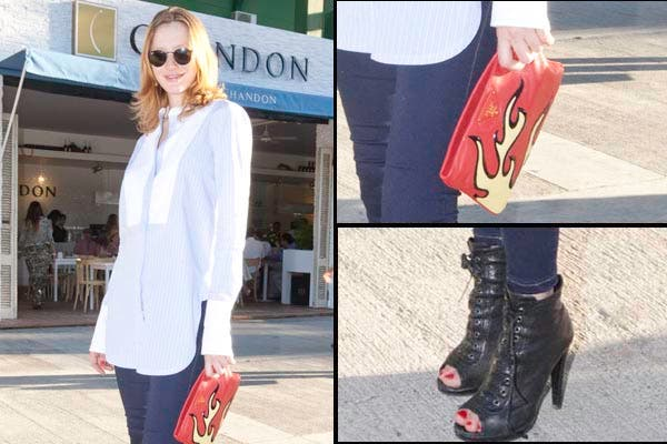 Mili Schmoll eligió unos jeans elastizados y una blusa celeste y blanca son rayitas. ¡Nos encantaron sus botinetas y el detalle del sobre!. Foto: Gentileza Feedback PR