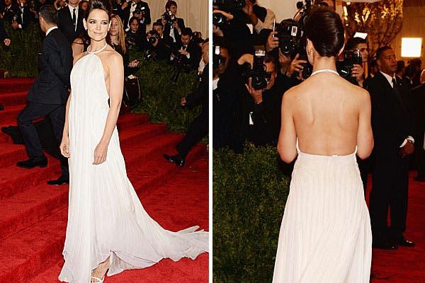 Katie Holmes, con un vestido blanco de Calvin Klein. ¡Un look muy femenino, pero no muy punk!. Foto: AP, AFP y Reuters