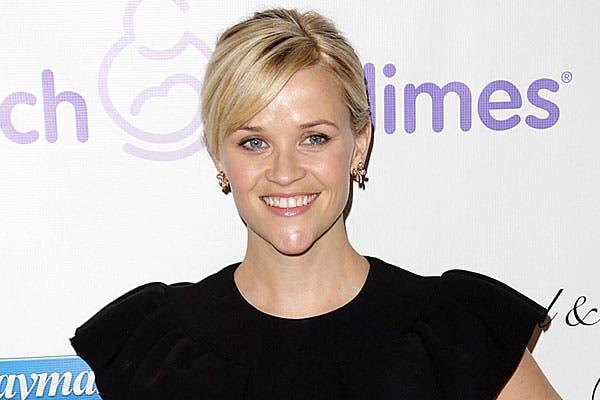 Bien rubia y con claritos, Reese Witherspoon peinó su flequillo hacia el costado. Foto: Thetrenddiaries.com