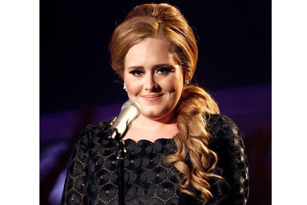 Adele es fiel a su pelo largo, pero siempre juega con recogidos y batidos. Foto: Archivo