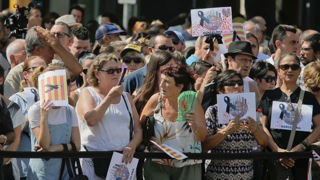 Tras el atentado de ayer, Barcelona homenajea a sus víctimas con un minuto de silencio. Foto: AP / Manu Fernández