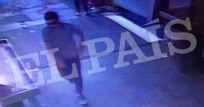 El sospechoso entrando al Mercado de la Boqueria. Foto: Gza. El País