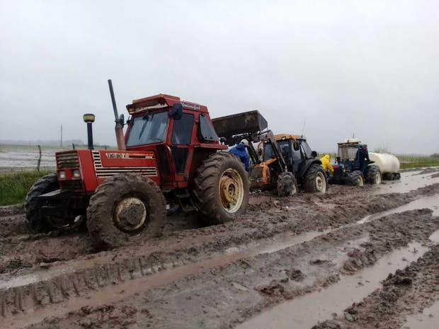 Tres tractores necesitó Quattrochi en Gualeguay para poder sacar la producción por un camino rural