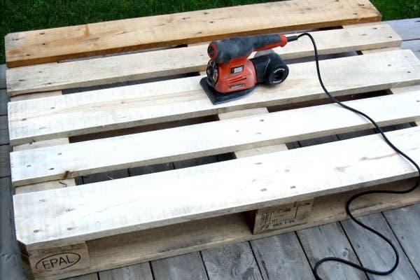 1-Lijó el pallet para dejar la madera bien lisa.
