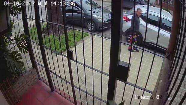 Una cámara de seguridad registró el momento del robo