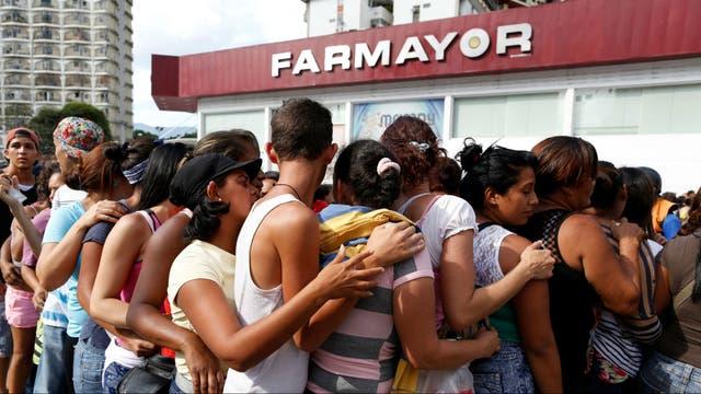 Una cola para comprar pañales en una farmacia de Caracas