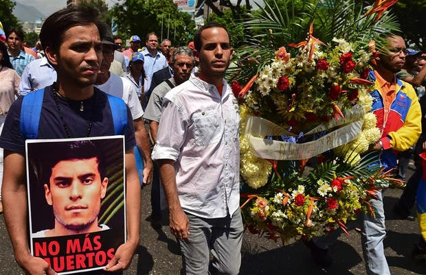 El funeral de una de las víctimas de la represión durante las marchas