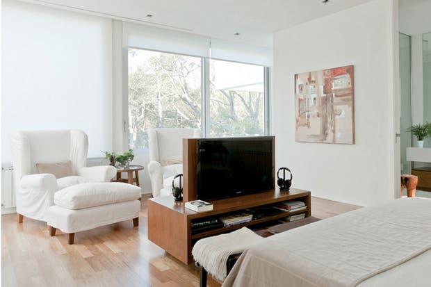 la zona de lectura de este dormitorio est equipada con grandes sillones con apoyapis revestidos en bull blanco los mismos asientos se pueden llevar al