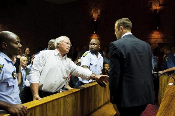 Pistorius, conversa con su padre, en el Tribunal