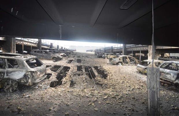 Reino Unido: cientos de vehículos se incendiaron en un estacionamiento en Liverpool