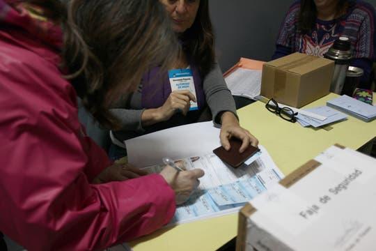 Luego de votar hay que firmar en el padrón. Foto: LA NACION / Ezequiel Muñoz