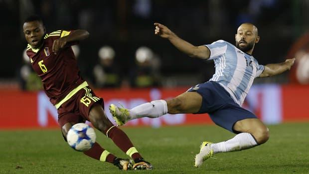 Una lucha; Mascherano, que debutó con Sampaoli en una posición que nunca ocupó en la selección, trata de frenar a John Murillo
