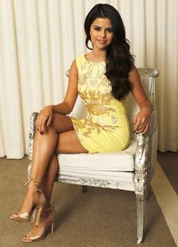 Selena Gomez promociona su último film Spring Breakers sentadita en una silla y de amarillo; parece una muñequita. Foto: Reuters