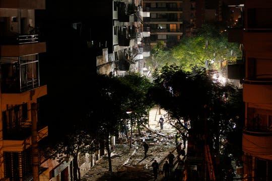 Bomberos y rescatistas trabajan incansablemente buscando vida entre los escombros. Foto: LA NACION / Hernán Zenteno
