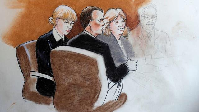 Representación gráfica del juicio. Taylor Swift, junto a su abogado y su madre