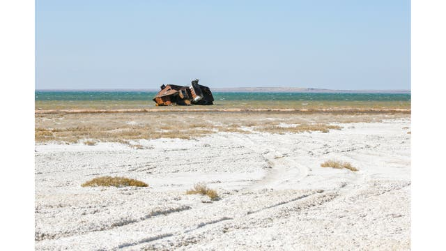 Un barco abandonadod en la costa del mar de Aral, cerca de la aldea de Akespe