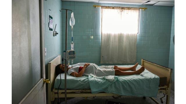 Dayana Zambrano, de 21 años, descansa mientras espera su fecha de parto