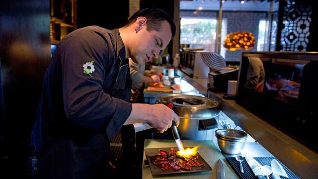 """Eddie Castro, chef ejecutivo de Osaka, culmina el """"tiradito"""" de carne kobe"""
