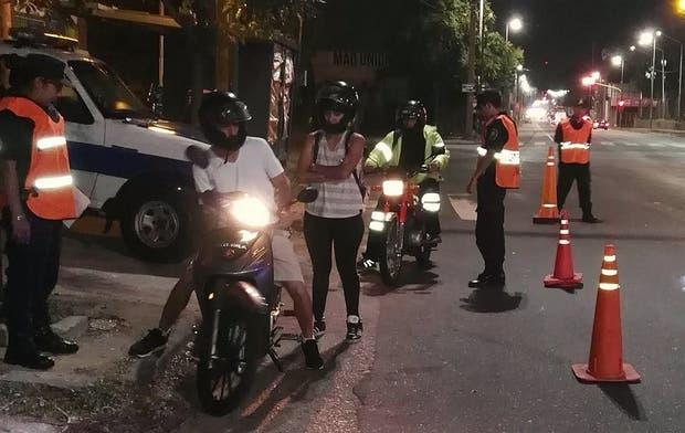 Policías bonaerenses revisan las motos y a los ocupantes en uno de los miles de controles realizados