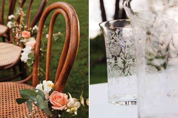 Rodean la larga mesa sillas Thonet con pequeños ramos de flores (Cecile, Boutique de Flores) y Corazones dorados (Origamiteca) sujetos con puntillas..