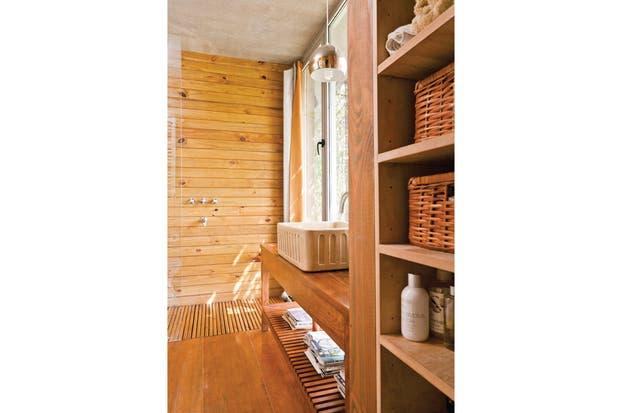 Bachas Para Baño En El Tigre:El baño en suite, con revestimiento de madera de pino hidrolaqueada