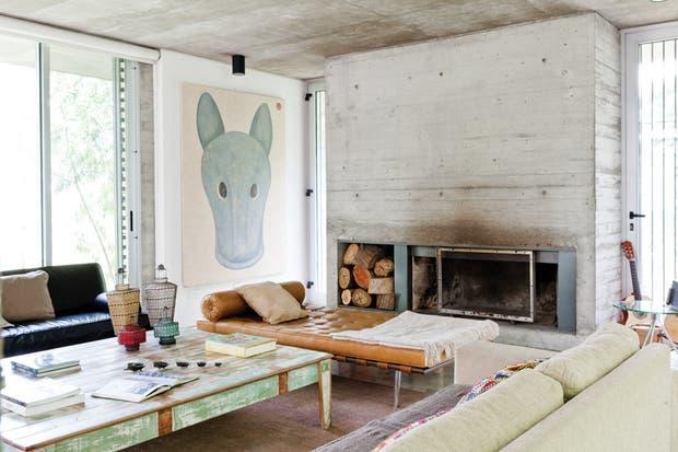 En el living, mesa ratona (Net), la chaise longue (diseño de Mies van der Rohe), y el gran cuadro con la firma del artista plástico Daniel García..