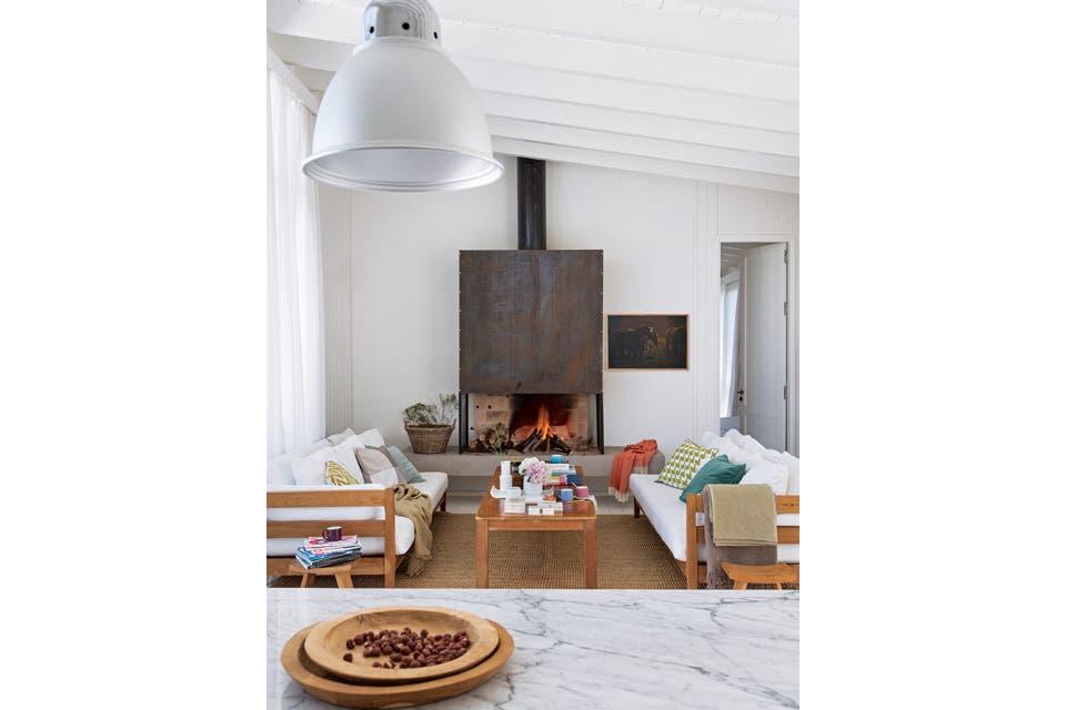Eficiencia: la construcción de madera contempló paredes de material, como la del hogar, que transfiere calor al baño, del otro lado .  Foto:Living /Gentileza Enrique Menossi
