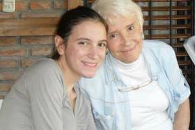 Ángeles Rawson, junto a su abuela, en una postal familiar