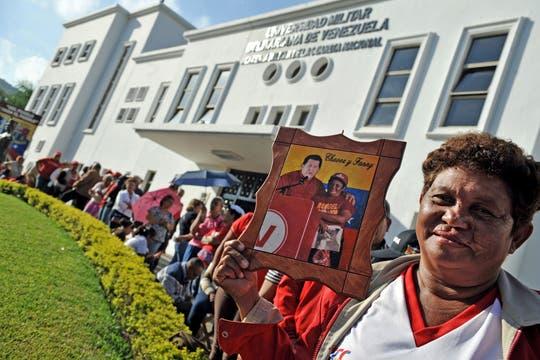 Miles de venezolanos hacen fila para dar el último adiós al presidente, que es velado con el féretro abierto en la Academia Militar. Foto: AFP