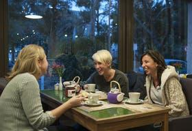 Carolina Vairo (izq.), en Tea Connection, junto a sus amigas Macarena y Marina