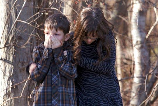 Dos niños conmovidos esperan afuera de la escuela. Foto: Reuters