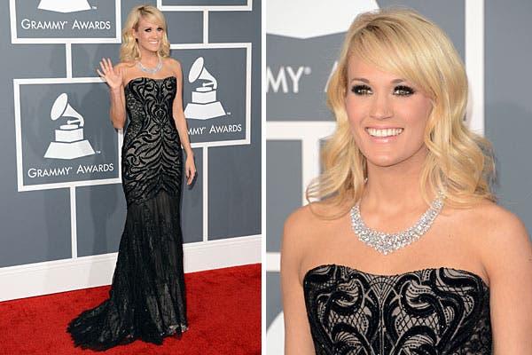 Carrie Underwood, con un strapless negro, con cola, y, como único accesorio, una gargantilla. Foto: AFP